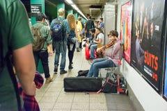 Musiker, der Violine in einer U-Bahn in New York City spielt Lizenzfreies Stockfoto