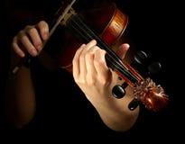 Musiker, der Violine spielt Stockbild