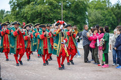 Musiker des Kaiserwindorchesters, das im Peterhof spielt, parken Heiliges Peterbug, Russland Stockbilder