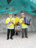 Musiker, die auf der Straße spielen Stockbild