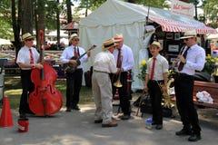 Musiker, die für die Menge, Saratoga-Rennstrecke, Saratoga Springs, New York, 2014 spielen Stockbild