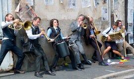 Musiker, die gegen eine Wand spielen. Stockfotos