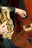 Musiker, die Instrumente in der Sonne spielen Stockfotografie