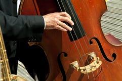 Musiker, die Instrumente in der Sonne spielen Lizenzfreies Stockbild