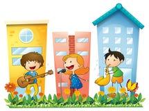 Musiker, die nahe den Gebäuden durchführen lizenzfreie abbildung