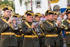 Musiker, die Trompeten marschieren und spielen Stockfotos