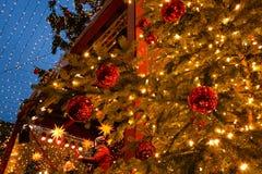 Musiker führen in dem Stadium des Weihnachtsmarktes in der Mitte von Köln durch Stockbilder