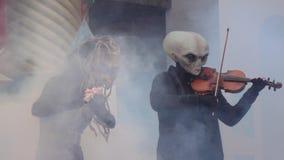 Musiker in Form von Ausländerausländern auf Pfannkuchenwoche stock video footage