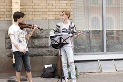 Musiker gitarrist och violinist arkivbilder
