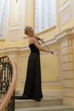 Musiker i en svart klänning royaltyfri foto