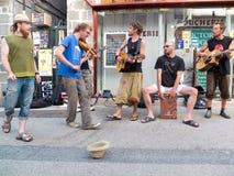 Musiker i gatan. fotografering för bildbyråer