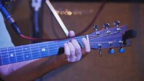 Musiker i nattklubben - gitarr för hållande soundboard för gitarrist akustisk, slut upp royaltyfria foton