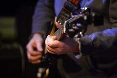 Musiker i nattklubben - gitarr för hållande soundboard för gitarrist elektrisk, slut upp arkivfoton