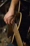 Musiker i nattklubben - hållande soundboardgitarr för gitarrist, slut upp royaltyfria bilder