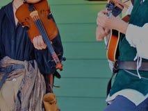 Musiker im Renaissance-Kleidungs-Spiel stockfoto