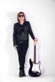 Musiker kleidete im schwarzen Leder auf weißem Hintergrund an lizenzfreie stockfotografie