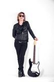 Musiker kleidete im schwarzen Leder auf weißem Hintergrund an lizenzfreie stockfotos