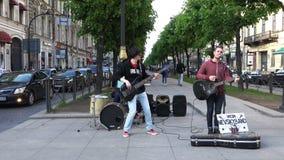 Musiker machen Geldleistung auf der Straße vor Touristen stock video