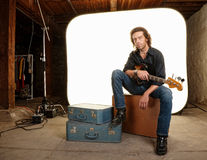 Musiker med gitarren i studio Arkivbild