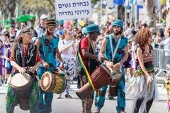Musiker med tarbuks i mång--färgade dräkter deltar i karnevalet av Adloyada klädde, som spanar går med valsar i Nahar Arkivbilder