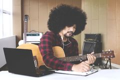 Musiker mit den Händen in der Gitarre innerhalb des Tonstudios Lizenzfreie Stockfotografie