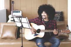 Musiker mit den Händen in der Gitarre innerhalb des Tonstudios Lizenzfreies Stockfoto