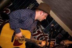 Musiker mit einer Gitarre. Lizenzfreies Stockfoto