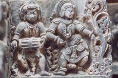 Musiker mit indischer Trommel und Damentanzen in der Trachtenmode Steinentlastung des des 12. Jahrhunderts hindischen Tempels Stockfoto
