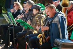 Musiker mit Saxophon und Klarinetten Stockbild