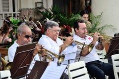 Musiker mit Trompeten in einem Orchester Stockfotos