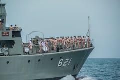 Musiker navals mit Musikinstrumenten auf dem Marinekriegsschiff, das O laufen lässt Stockbild