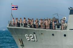Musiker navals mit Musikinstrumenten auf dem Marinekriegsschiff, das O laufen lässt Lizenzfreie Stockfotografie
