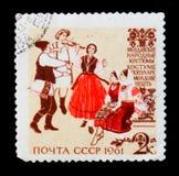 Musiker och dansare i moldaviska traditionella och historiska folkdräkter, från `en för dräkter för serie` den Folk, Circa 1961 Arkivfoto