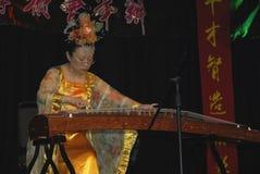 Musiker och dansare på beröm av det kinesiska nya året i Blackburn Lancashire Arkivbilder