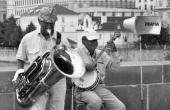 Musiker på Charles överbryggar i Prague Arkivbild