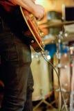 Musiker Playing Guitar i en garagemusikband Royaltyfri Fotografi