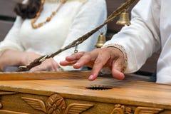 Musiker-Psalteryspieler in Russland Lizenzfreies Stockfoto