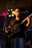 Musiker rockbandgitarrist royaltyfri foto