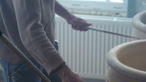 Musiker-Schlagzeuger Plays auf den großen keramischen Töpfen in der Tonwaren-Werkstatt stock video footage