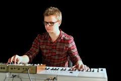 Musiker sitter och leker det elektriska organ Royaltyfria Bilder