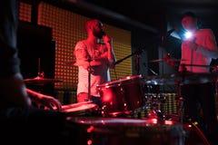 Musiker som diskuterar sånger royaltyfri foto