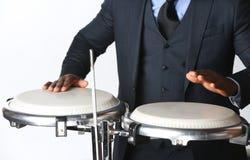 Musiker som spelar congas Royaltyfri Foto