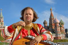 Musiker som spelar en gammal rysk musikinstrumentgusli Arkivfoton