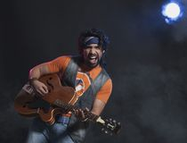 Musiker som spelar en gitarr Royaltyfri Foto