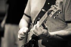 Musiker som spelar gitarrhänder endast arkivbild