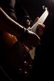 Musiker som spelar på gitarren royaltyfria bilder