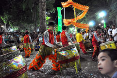 Musiker som spelar på valsar under Tet det mån- nya året i Saig Royaltyfri Bild