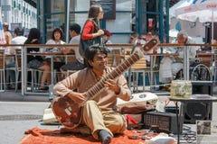 Musiker som spelar sitaren Arkivfoto