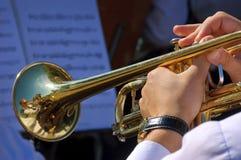 Musiker som spelar trumpeten i gataorkester Arkivbild