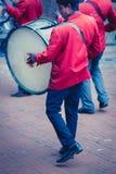 Musiker som spelar under ett traditionellt indiskt bröllop i Nepal Fotografering för Bildbyråer